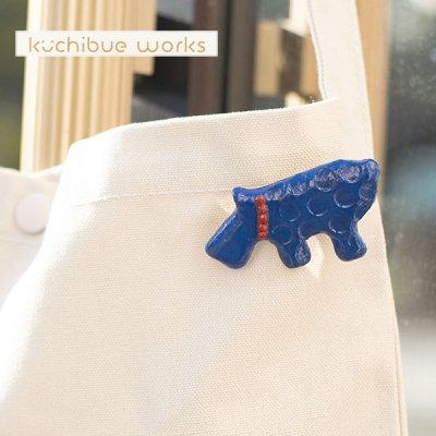 kuchibueworks(クチブエワークス) テリアネイビー陶器ブローチ 赤の首輪がポイントになった可愛い犬の陶器