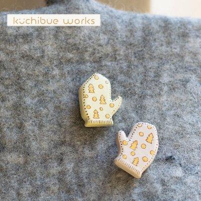 kuchibueworks(クチブエワークス) ミトン手袋陶器ブローチ 冬モチーフのイラストが可愛いミトンの陶器ブロ