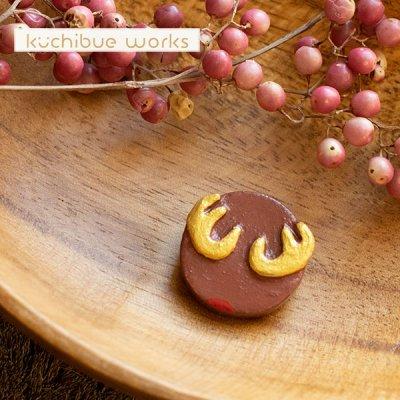 kuchibueworks(クチブエワークス) トナカイ陶器ブローチ トナカイモチーフの落ち着いた色合いがお洒落な陶