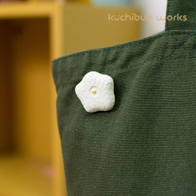 kuchibueworks(クチブエワークス) お花陶器ブローチ お洋服やバッグのワンポイントとして