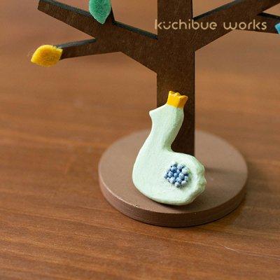 kuchibueworks(クチブエワークス) 王冠スワン陶器ブローチ お洋服やバッグのワンポイントとして