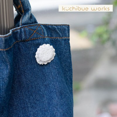 kuchibueworks(クチブエワークス) ひまわり陶器ブローチ シンプルなカラーのお洒落なブローチ