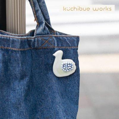 kuchibueworks(クチブエワークス) スワン陶器ブローチ スワンモチーフのお洒落な陶器ブローチ