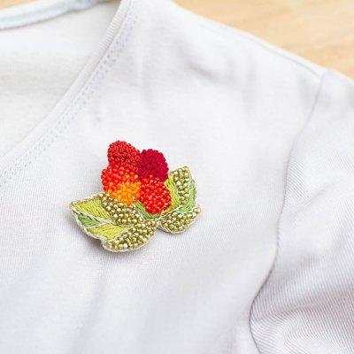 mia(ミア) 華やかでお洒落な木苺ブローチ 金糸を使った上品なブローチ