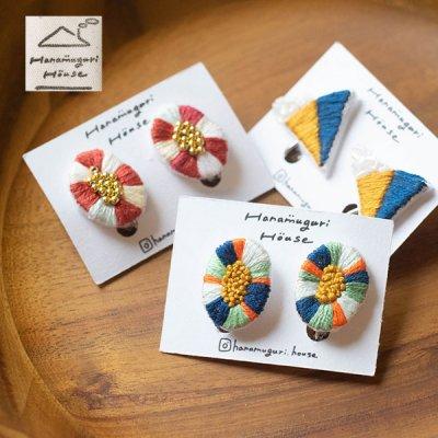 Hanamuguri&Hanamuguri house 刺繍ネジ式イヤリング 細かく刺繍された色鮮やなイヤリング