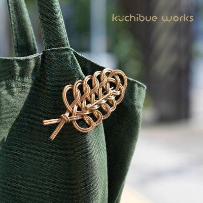 kuchibueworks(クチブエワークス) 軽くて丈夫な素材のコーヒー染めリーフラタンブローチ 洋服やバッグにも
