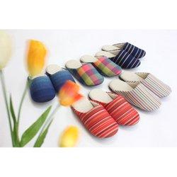 徳島伝統の織物「阿波しじら織」を甲部分に使ったスリッパの子ども用です。