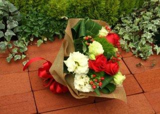 赤とグリーンの花束