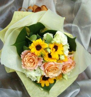 バラとひまわりの花束