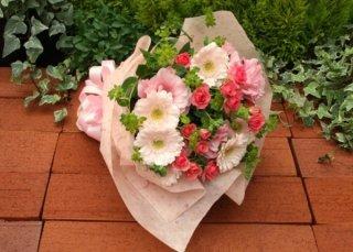スプレーバラとガーベラのピンク花束