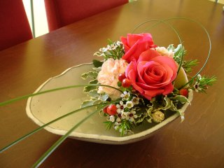 【たたら作りの深皿にお花を盛り付けて】
