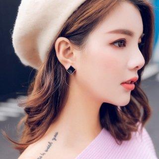 韓国即納 スタッドピアス❤可愛い大人女子への正方形カーブブラックピアス