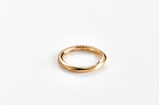 <img class='new_mark_img1' src='https://img.shop-pro.jp/img/new/icons8.gif' style='border:none;display:inline;margin:0px;padding:0px;width:auto;' />ripples of water ring with pave diamonds