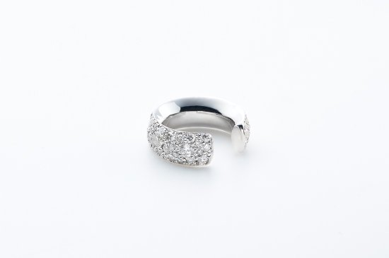 <img class='new_mark_img1' src='https://img.shop-pro.jp/img/new/icons8.gif' style='border:none;display:inline;margin:0px;padding:0px;width:auto;' />ROUND TYPE EARCUFF WITH PAVE DIAMONDS