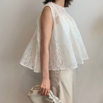 <img class='new_mark_img1' src='https://img.shop-pro.jp/img/new/icons16.gif' style='border:none;display:inline;margin:0px;padding:0px;width:auto;' />Lace flare sleeveless blouse / Off White