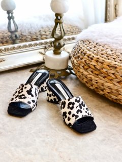 <img class='new_mark_img1' src='https://img.shop-pro.jp/img/new/icons56.gif' style='border:none;display:inline;margin:0px;padding:0px;width:auto;' />Unborn Calf Sandals