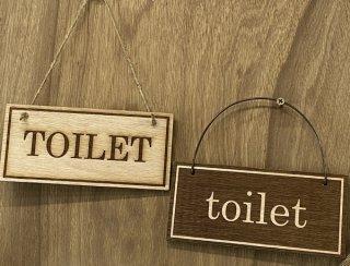 選べる2デザイン 木製サインプレート「TOILET」 アンティーク調 トイレプレート 壁掛け 手作り雑貨 8cm×17cm 厚さ5mm