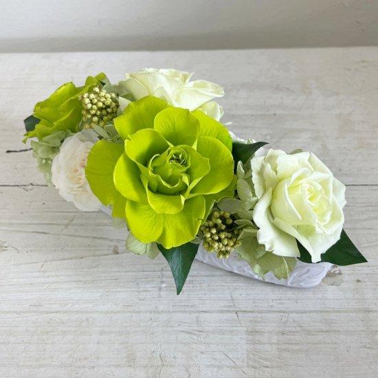グリーンと白のバラのプリザーブドフラワーのテーブルフラワーアレンジ (小)PATRICIA (グリーン)