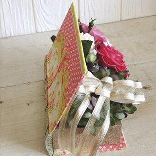ピンクのバラのプリザーブドフラワーのブック型フラワーアレンジメント-黄色
