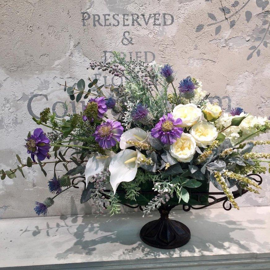 白のバラとカラーとブルーのスカビオサ 大きな高級造花のアレンジメント