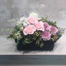 淡いピンクのプリザーブドフラワーのバラとパープルカーネーションの母の日アレンジメント