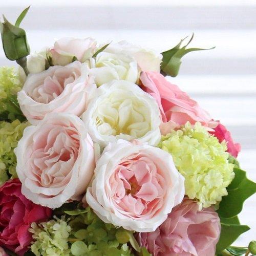 白と淡いピンク ロマンティックなオールドローズ 高級造花のスパイラルフラワーブーケ