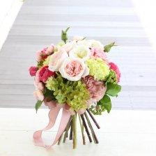 白と淡いピンク ロマンティックなオールドローズ 高級造花のクラッチブーケ