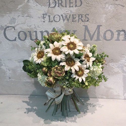 ナチュラルシックな白いヒマワリ 高級造花のスパイラルブーケ