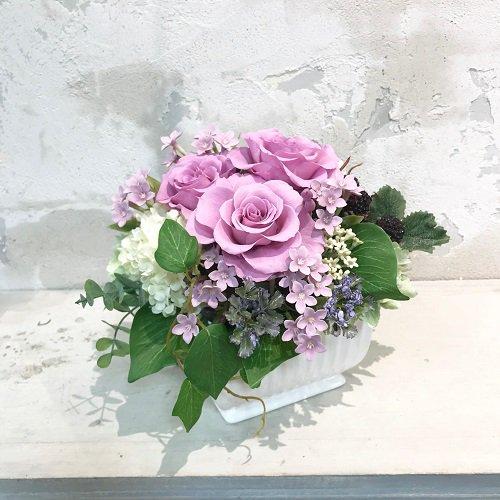 パープルの大輪のバラが美しいプリザーブドフラワーアレンジメント