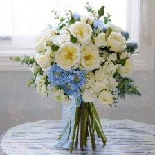 ブルーのスカピオサとホワイトのオールドローズ 高級造花のスパイラルブーケ