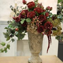 ダークレッドのバラの豪華なフラワーアレンジメント 高級造花