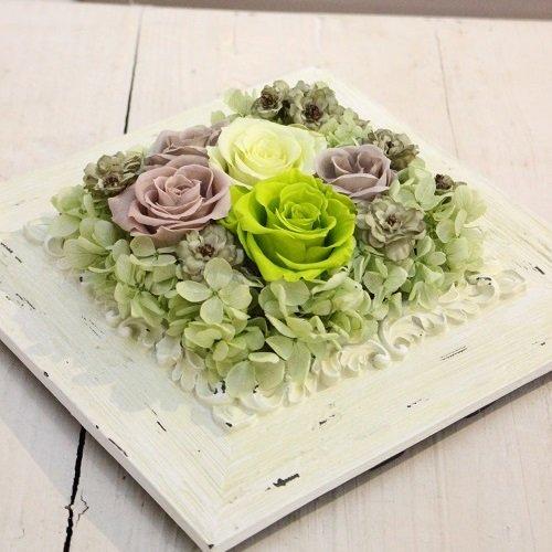 シャビーなフレームに若草色のバラ プリザーブドフラワー