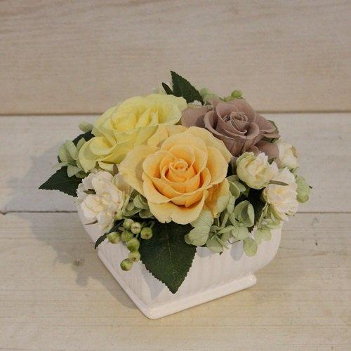 春らしいプリザーブドフラワーのバラのアレンジメント