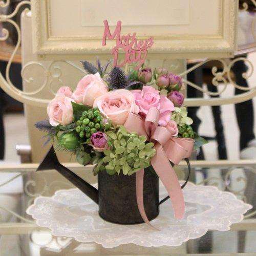 アンティーク風ブリキのジョウロに美しいバラのプリザーブドフラワーのアレンジメント