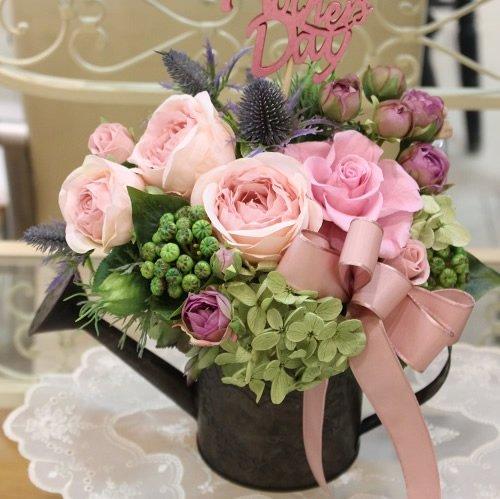 アンティーク風なブリキのジョウロに美しいバラのプリザーブドフラワーのアレンジメント