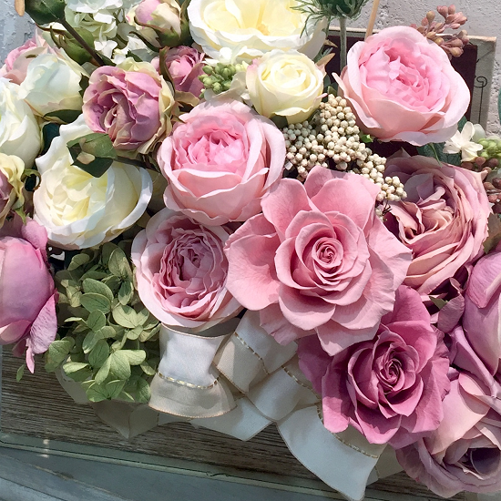 ブック型の花器に溢れるバラのアレンジメント プリザーブドフラワーmix