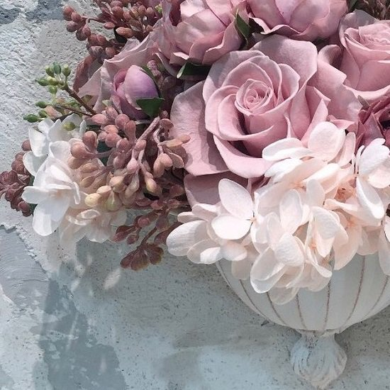 ホワイトアイアンの美しい壁掛けにバラのアレンジメント プリザーブドフラワーmix