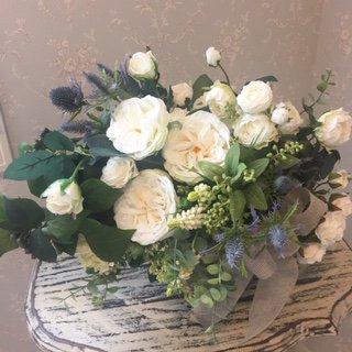 白のバラとグリーンのアレンジメント