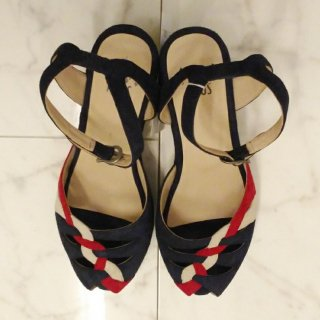 <img class='new_mark_img1' src='//img.shop-pro.jp/img/new/icons6.gif' style='border:none;display:inline;margin:0px;padding:0px;width:auto;' />Sara Navy Suede with Red and White