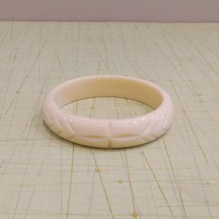 <img class='new_mark_img1' src='//img.shop-pro.jp/img/new/icons6.gif' style='border:none;display:inline;margin:0px;padding:0px;width:auto;' />Elsie Carved Fakelite Bangle