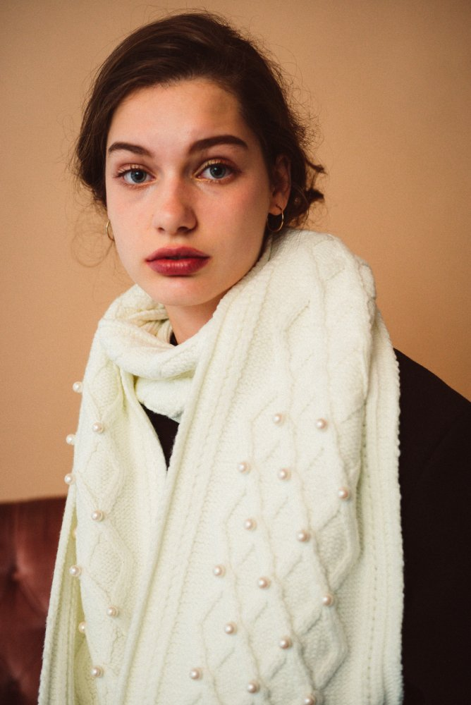 THE PEARL DECORATION CABLE KNIT SCARF