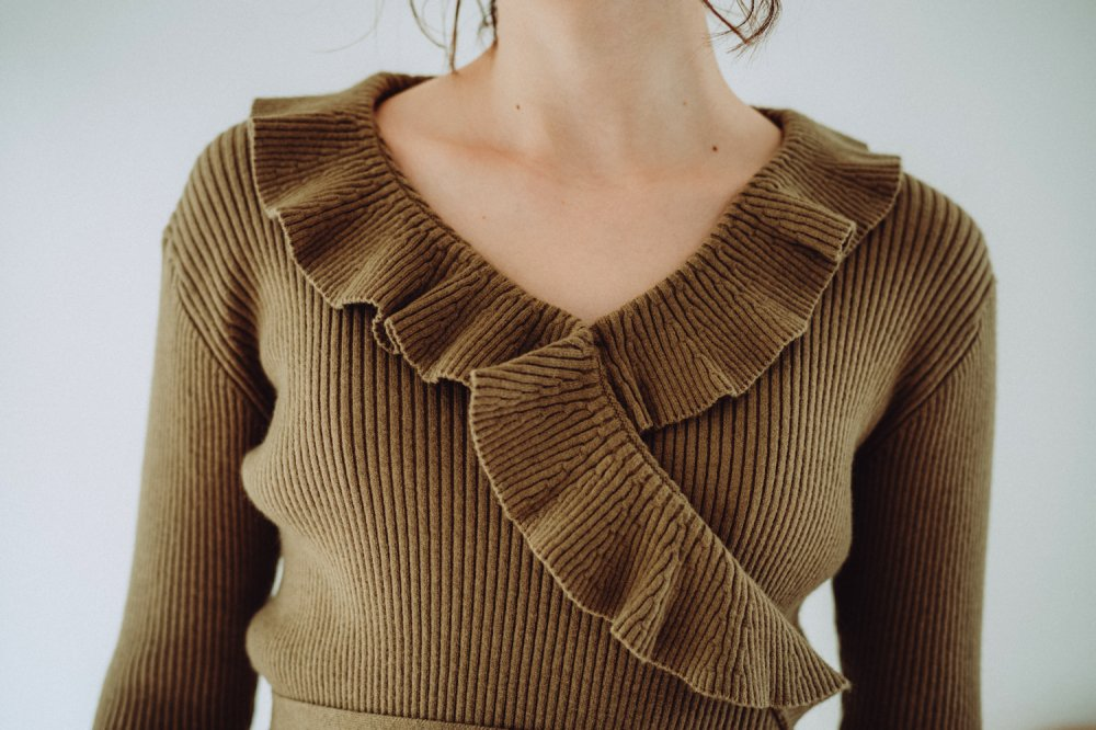 THE CROSSOVER RIBBED KNIT TOPS (KHAKI)