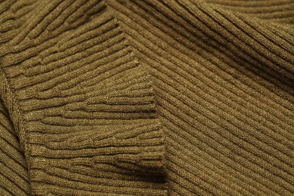 THE CROSSOVER RIBBED KNIT TOPS (KHAKI)<img class='new_mark_img2' src='https://img.shop-pro.jp/img/new/icons21.gif' style='border:none;display:inline;margin:0px;padding:0px;width:auto;' />
