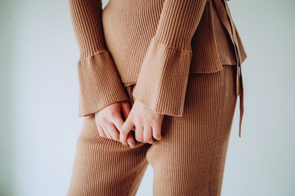 THE RIBBED KNIT FLARED PANTS (BEIGE)