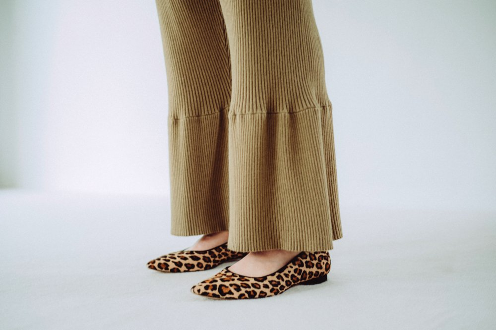 THE RIBBED KNIT FLARED PANTS (KHAKI)