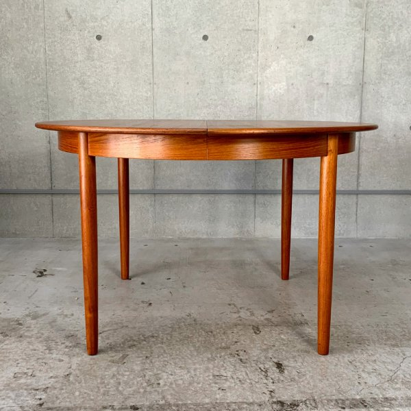 Round Dining Table  / Teak