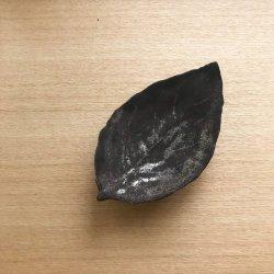 カキの葉皿・黒|高田志保
