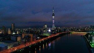 東京スカイツリー夜景空撮 隅田川の川面から浮上