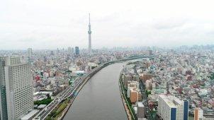 曇り空の東京スカイツリー空撮 隅田川から浮上