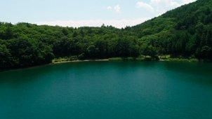 湖面を低空から浮上